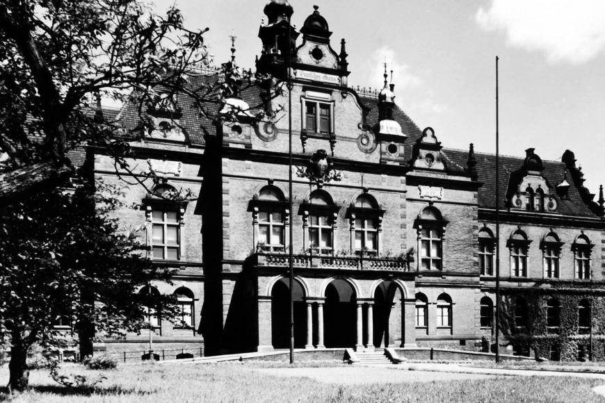 Dnes již neexistující Německý dům stával vparku na Moravském náměstí.