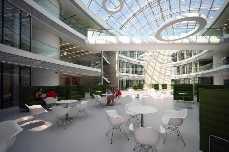 Atrium oválného pavilonu Ceitecu, místo pro setkávání.