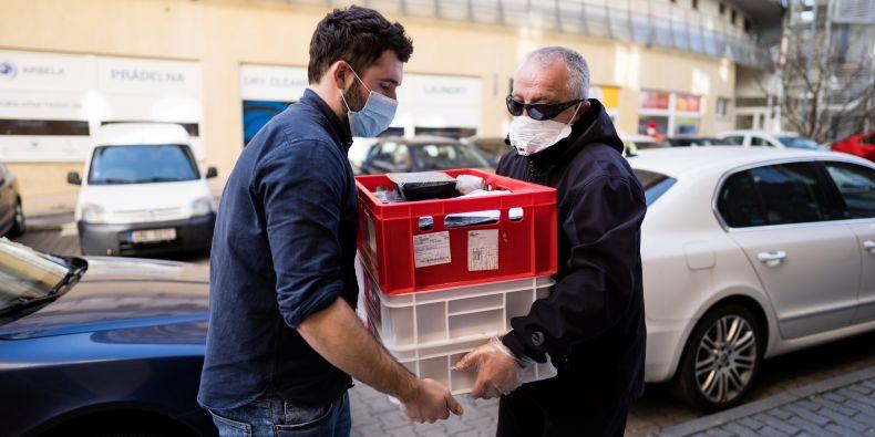 Masarykova univerzita hned ze začátku nouzového stavu spustila iniciativu MUNI pomáhá, a tisíce studentů se tak mohly zapojit do pomoci potřebným.