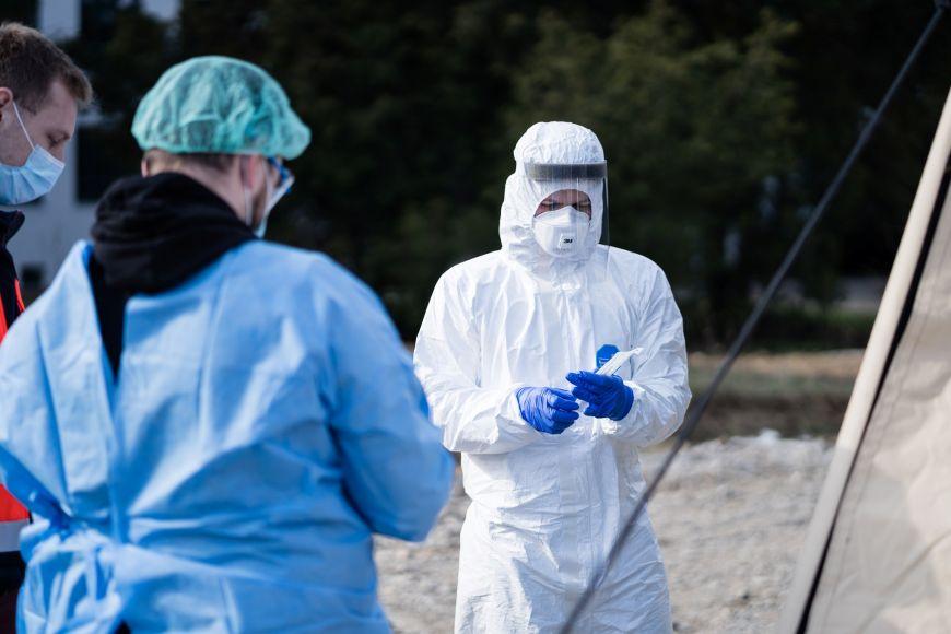 Odebírání vzorků od lidí spodezřením na onemocnění COVID-19 zajišťovali od začátku pandemie dobrovolníci zřad studentů Lékařské fakulty Masarykovy univerzity.