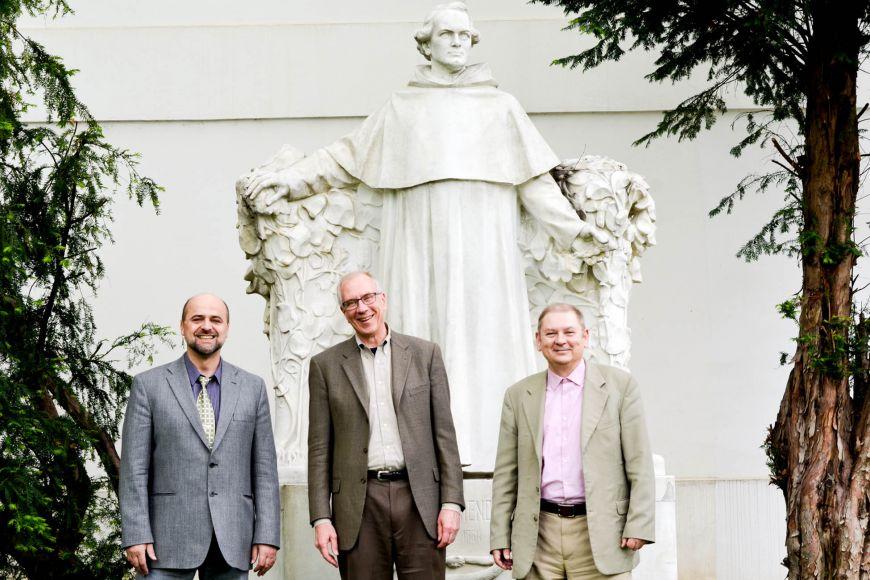 Návštěva Mendelova Muzea. Zleva: Jiří Fajkus, Thomas Cech aJaroslav Koča.