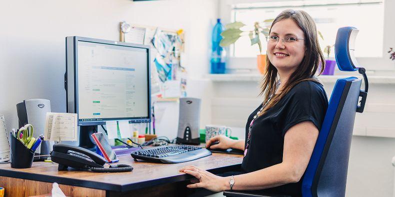 Dana Koláčková začínala jako technička informačního systému na fakultě sportovních studií. Po čase šla dělat to samé na rektorát. Nakonec povýšila na koordinátorku a přesídlila na fakultu informatiky.