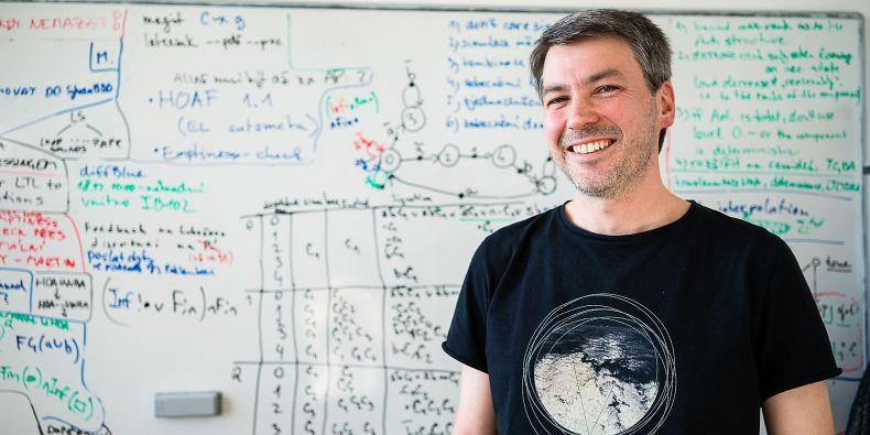 Nejvíc lidí Jan Strejček vídá na přednáškách v předmětu s názvem Automaty a gramatiky. Jeho obsahem je teorie formálních jazyků, tedy obor stojící na pomezí informatiky a lingvistiky.
