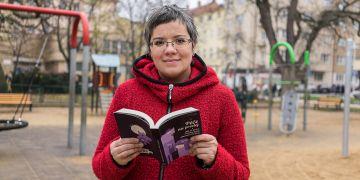 Kniha Adély Souralové zavádí čtenáře do prostředí miniškolek, hotelů pro psy, hodinových manželů či agentur poskytujících péči o seniory, děti či domácnost.