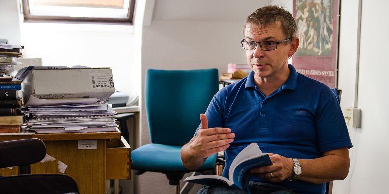 Profesor Tomáš Knoz byl spolupředseda komise za českou stranu.