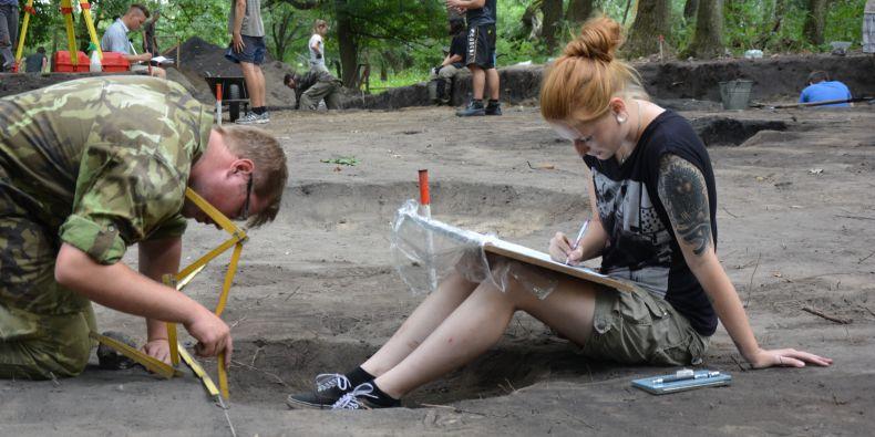 Studentka archeologie Alena Slámová s kolegou při vykopávkách na lokalitě Lány.