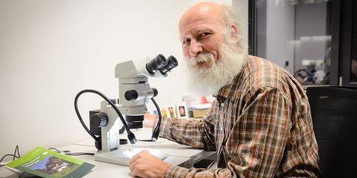 Botanik Vít Grulich je autorem výstavy o českých rostlinných endemitech.