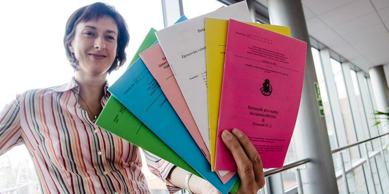 Účastníci studie ELSPAC museli vyplnit desítky dotazníků. Ukazuje je manažerk kohortové studie Lenka Andrýsková.