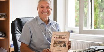 Profesor Rudolf Brázdil s publikací oceněnou rektorem MU.