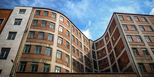 Komplex budov na Malinovského náměstí má nepravidelný tvar kvůli podzemní vodě.