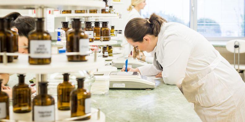 Farmaceutická fakulta zvýší počet studentů přijatých na studium farmacie.