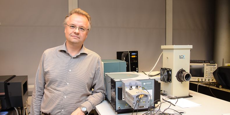 Profesor Petr Klán v laboratoři Ústavu chemie PřF MU.