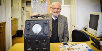 Profesor Emil Paleček s historickým polaroskopem.
