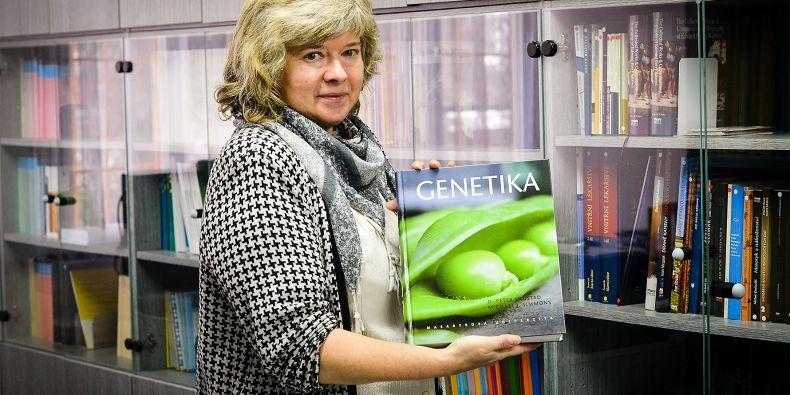 Ředitelka Munipressu Alena Mizerová s učebnicí Genetika.