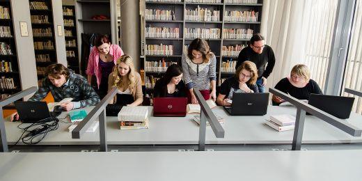 Při vytváření hesel se studenti učí pracovat s prameny i webem.