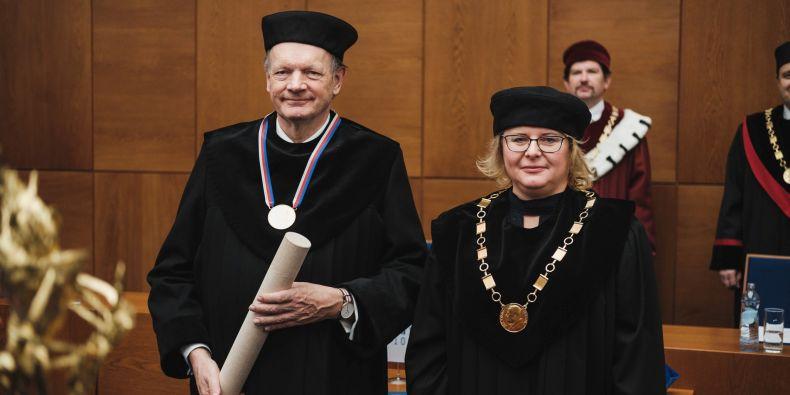 Sir David Lane a Kateřina Kaňková z Lékařské fakulty MU.