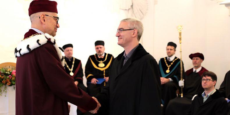 David Svoboda z Fakulty informatiky MU přebírá dekret od rektora Mikuláše Beka.