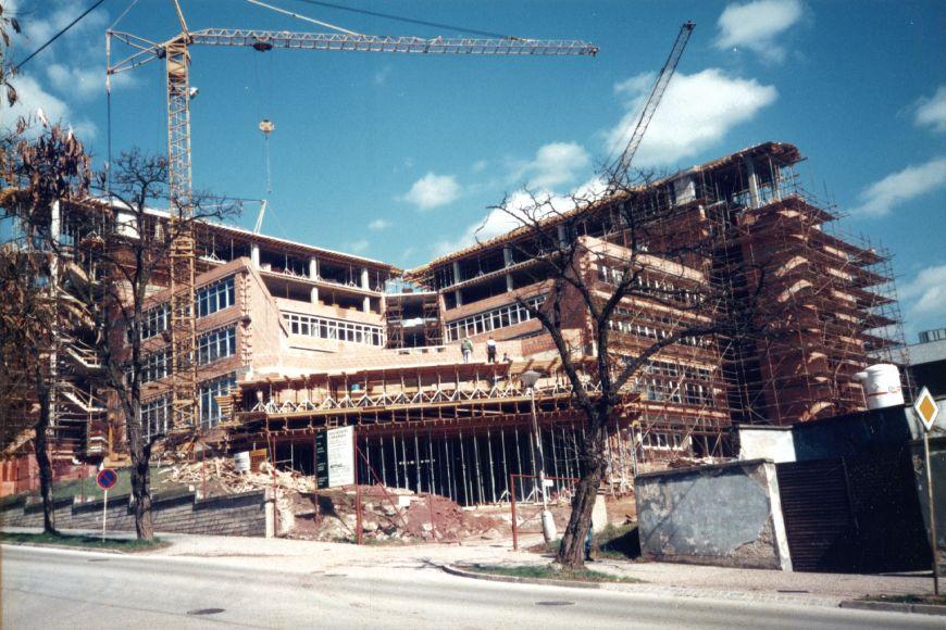 Stavba nové budovy ESF vLipové ulici.