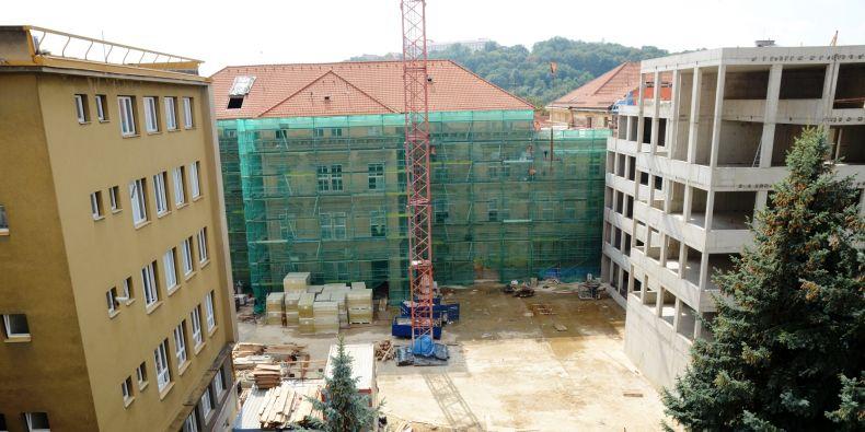 V reálu filozofické fakulty v ulici Arna Nováka už stojí hrubá stavba nové budovy (vpravo). Zároveň se pracuje na rekonstrukci budovy A (uprostřed).