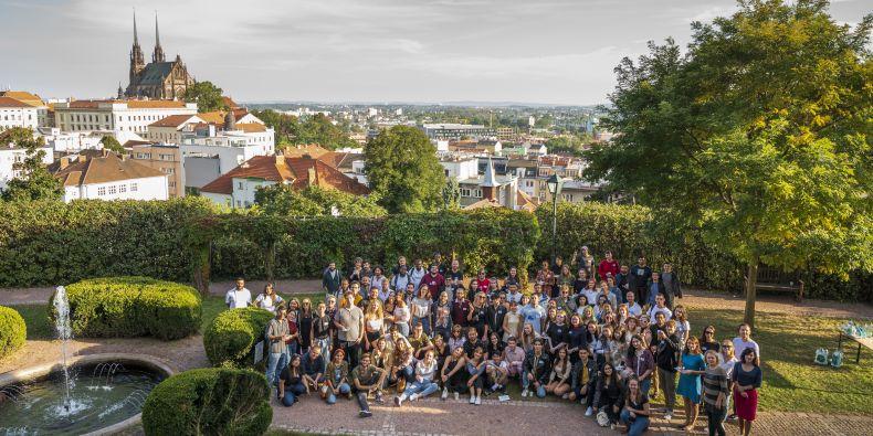Faculty of Social Studies held a barbecue for international students in Špilberk park.