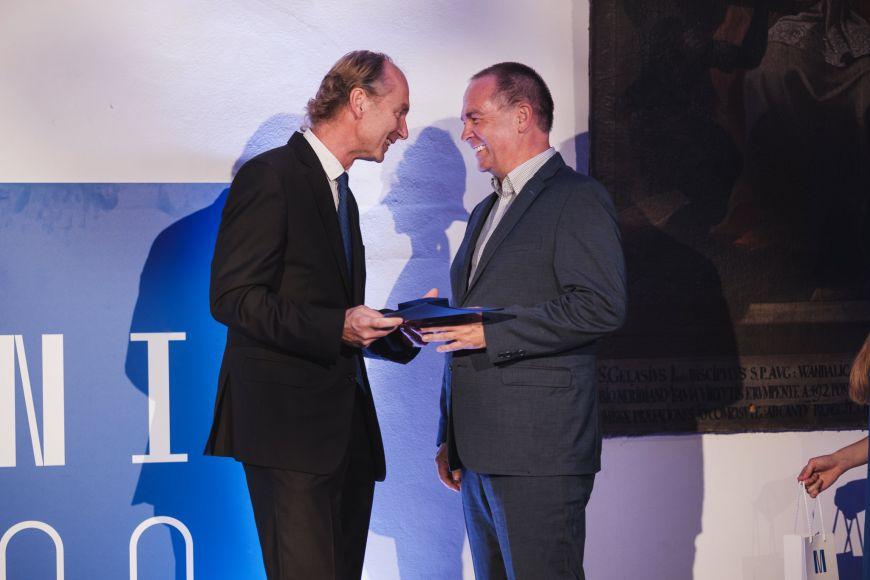 Děkan Pedagogické fakulty MU Jiří Němec předává cenu pro volnočasové centrum Lužánky jejímu řediteli Milanu Appelovi.