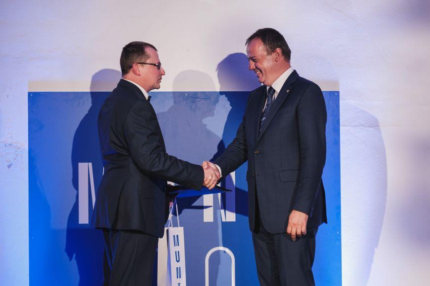 Děkan Přírodovědecké fakulty MU Tomáš Kašparovský předává cenu pro Hvězdárnu aplanetárium Brno jejímu řediteli Jiřímu Duškovi.