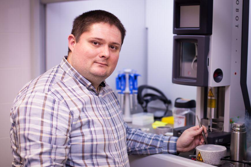 Hlavní autor studie Tibor Füzik, který působí ve výzkumné skupině Pavla Plevky zabývající strukturní virologií.