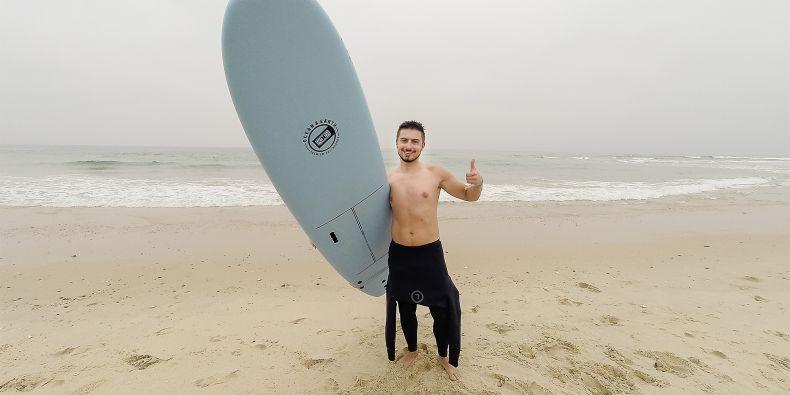 Na Erasmu se Matej začal učit surfovat, což bylo náročnější, než sám čekal.
