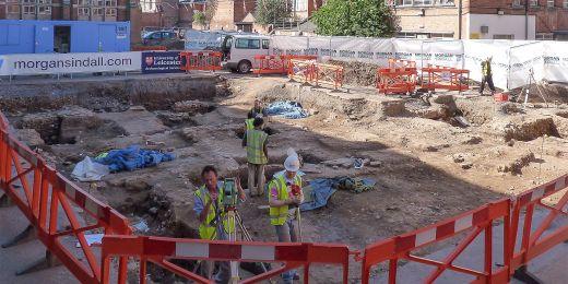 Ostatky Richarda III. byly nalezeny pod parkovištěm, které vzniklo na místě někdejšího františkánského kostela v klášteře Greyfriars v Leicesteru.