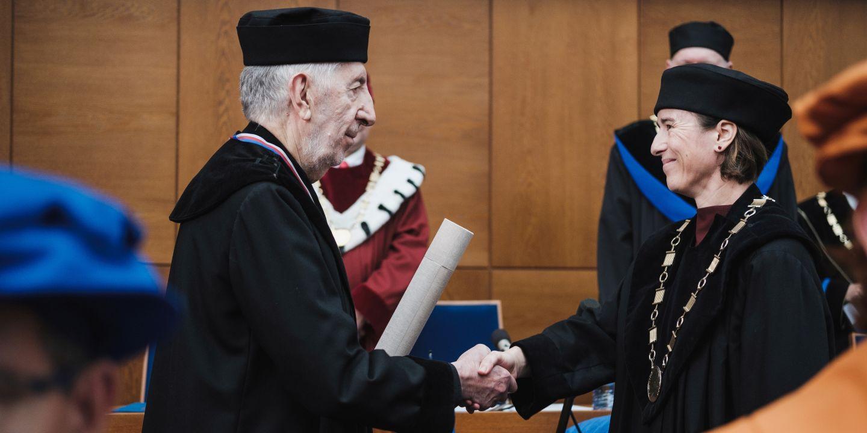 Hans Belting přebírá čestný doktorát od vedoucí ústavu klasických studií Ireny Radové.