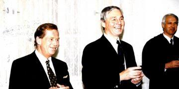 Prezident Václav Havel a rektor MU Eduard Schmidt po udílení čestného doktorátu. Foto: Archiv MU.
