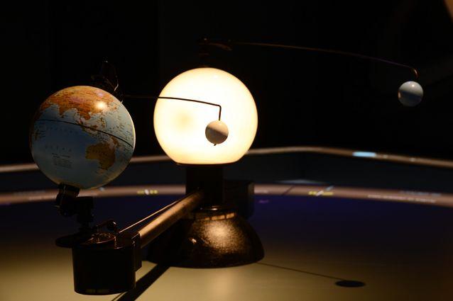 Pohyblivý model ukazuje zároveň oběh planety Země kolem Slunce aoběh Měsíce kolem Země.