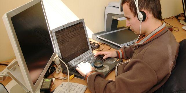 Díky dotaci budou zaměstnanci střediska moci systematicky sledovat elektronické učební materiály publikované vInformačním systému Masarykovy univerzity.