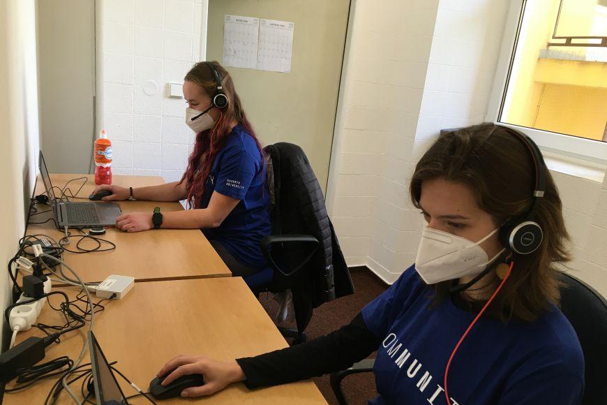 Studentky Barbora Ošlejšková aNikol Daňková zcall centru krajské hygienické stanice.