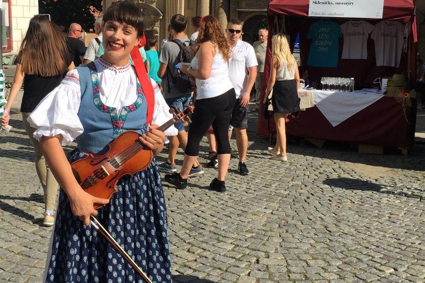 Pevným bodem vtýdenním rozvrhu je pro Karolínu čtvrteční zkouška folklórního souboru Javorník. Karolína vněm hraje na housle.
