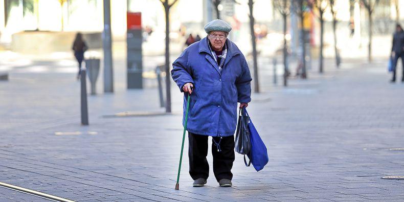 Pohyb po městě je pro mnoho seniorů problematický.
