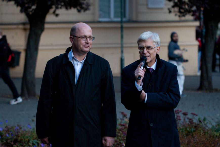 Hlavní autor výstavy historik Lukáš Fasora aprorektor Jiří Hanuš otevírají výstavu,