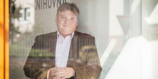 V éře práce na gymnáziu si Miroslav Chocholatý osvojil jedno motto, které jeho práci nevědomky provází dodnes. Je to název knihy Olgy Zelinkové: Pomoz mi, abych to dokázal.