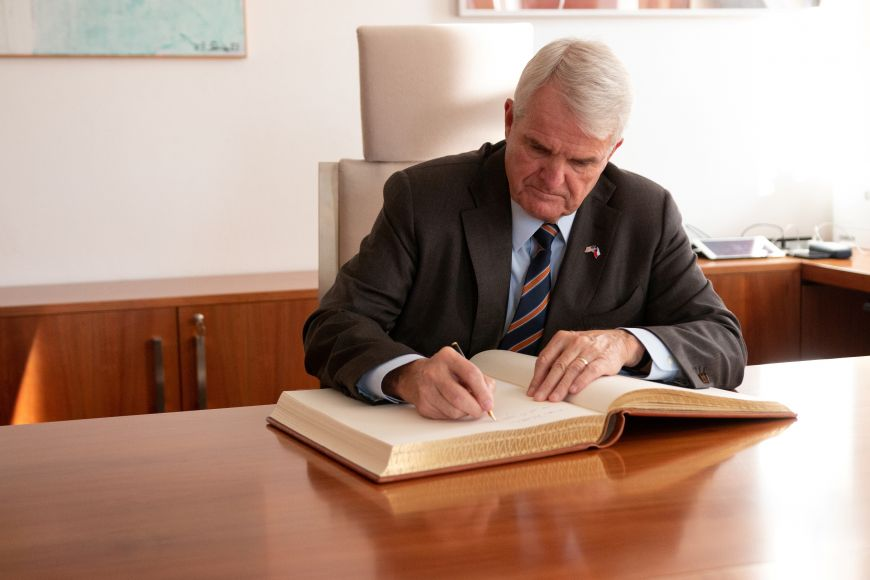 Velvyslanec Stephen B. King se zapisuje do pamětní knihy Masarykovy univerzity.