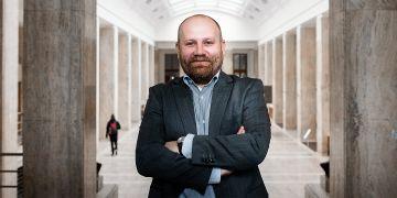 """""""Osobně by se mi líbilo mít více povinně volitelných předmětů. Každý právník musí mít samozřejmě daný základ, ale k tomu by si mohl student vybírat takové zaměření, které mu vyhovuje,"""" říká budoucí děkan Martin Škop."""