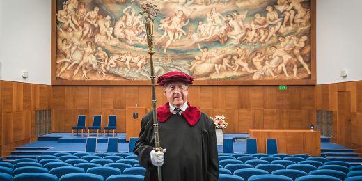 Rektorské žezlo, které Jaroslav Gregr drží, je dlouhé 125 centimetrů, váží 1,3 kilogramu a je duté. Je v něm zatavená listina, která připomíná dokončení první sady insignií v roce 1938.