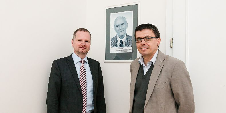 Petr Fiala a Jan Holzer u portértu Vladimíra Čermáka, kterému je dedikována přednášková místnost na FSS.