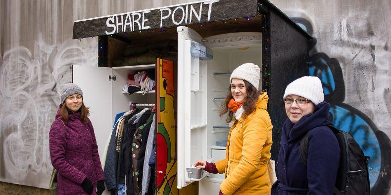 Iniciátorky projektu veřejné lednice (zleva) Kristina Stromková, Tereza Navrátilová a Hana Řádová.