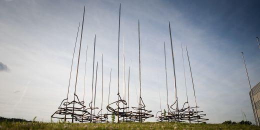 Prostranství před fakultou sportovních studií zdobí plastika Stébla. Ve větru se hýbe.