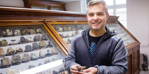 Úlomek keramiky si geolog Petr Gadas nejdříve zařadil jako ucho nádoby, kterých v okolí také pár našel.