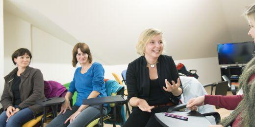 Eva na speciálním kurzu znakového jazyka. Účastníci mají po celou dobu zakázáno mluvit.