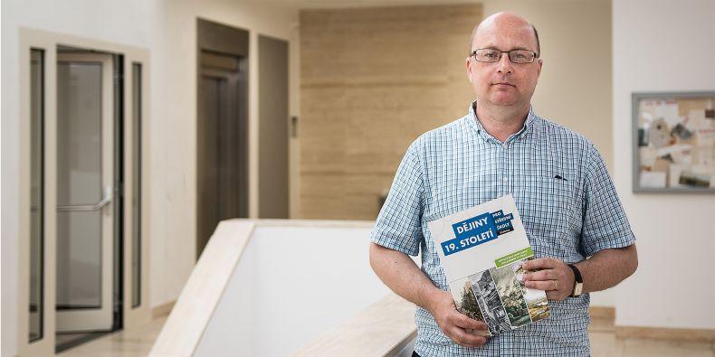 Lukáš Fasora dvanáct let učil na střední škole a je stále v kontaktu s pedagogy, takže školní prostředí i nabídku současného trhu s učebnicemi dobře zná.