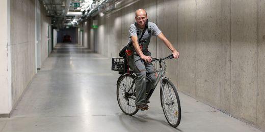Aby byl rychlejší, jezdí František Truksa v technické chodbě propojující všechny pavilony na kole.