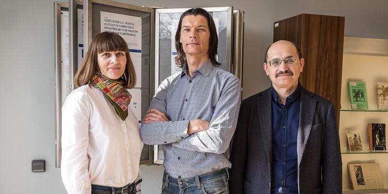Tři z ukrajinských akademiků, kteří přijeli na Muni nabírat know-how: Nataliia Vavdiiuková, Igor Lyman a Vadym Khmarskyi.