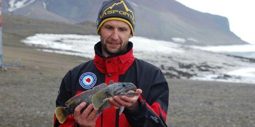 Ichtyolog Pavel Jurajda s exemplářem ryby druhu Notothenia.